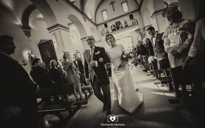 ¿Qué lugar debe tener la novia al lado del padrino en la entrada de la iglesia?